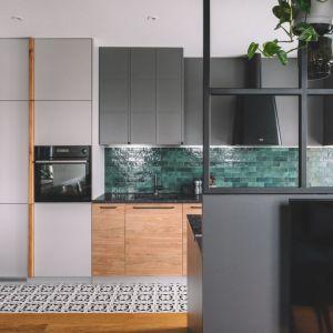 W tej kuchni połączono jasne drewno i szarość. Projekt Make Architekci. Zdjęcia Hanna Połczyńska, Kroniki Studio