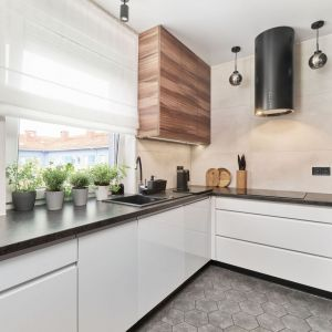 W tej kuchni białe fronty połączono z wyraźnym rysunkiem drewna. Projekt Monika Staniec. Fot. Wojciech Dziadosz