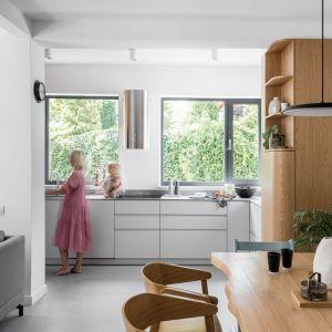 Kuchnia, w której białe fronty połączono z ciepłym drewnem. Projekt pracownia and.home. Zdjęcia Katarzyna Seliga-Wróblewska, Marcin Wróblewski/Fotomohito