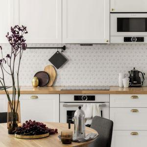 Biała kuchnia w klasycznym stylu zawsze będzie na czasie. Projekt wnętrz Boho Studio. Zdjęcia Aleksandra Dermont