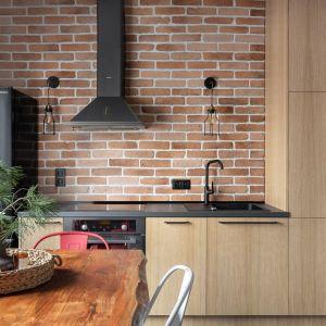 Kuchnia w kawalerce - bardzo jasne drewno i ceglana ściana. Projekt Ola Dąbrówka, GOOD VIBES Interiors Zdjęcia Mikołaj Dabrowski