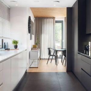 Nowoczesna luksusowa kuchnia - biały kolor połączono z matową czernią. Projekt wnętrza EV Architects. Fot. mat. prasowe ZAJC.jpg
