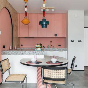 Oryginalna mała kuchnia z różowymi frontami. Realizacja i zdjęcia KODO Projekty i Realizacje Wnętrz