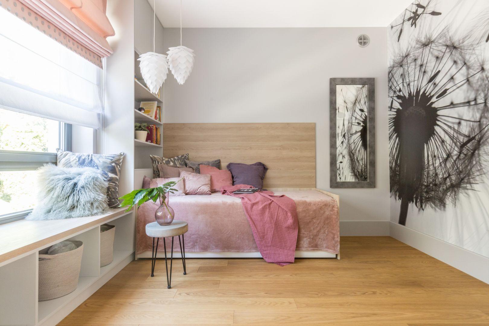 Pokój nastolatki urządzony w jasnych kolorach. Projekt: Małgorzata Dents. Fot. Pion Poziom