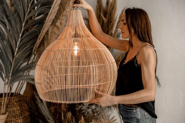 Dobrze dobrane lampy będą piękną dekoracją we wnętrzu. Pomogą też stworzyć przyjemną, ciepłą atmosferę. Warto postawić na lampy z naturalnych materiałów, takich jak rattan, bambus, trawa morska. Są delikatne, a przy tym desingerskie.