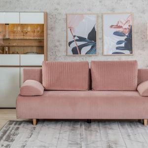Trzyosobowa, rozkładana sofa z kolekcji Zoja w kolorze pudrowego różu. Do kupienia w Salonach Agata. Cena: 1.499 zł. Fot. Salony Agata
