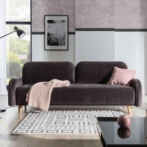 Sofa do małego salonu w brązowym kolorze z kolekcji Domi. Dostępna w ofercie firmy Stagra Meble. Fot. Stagra Meble