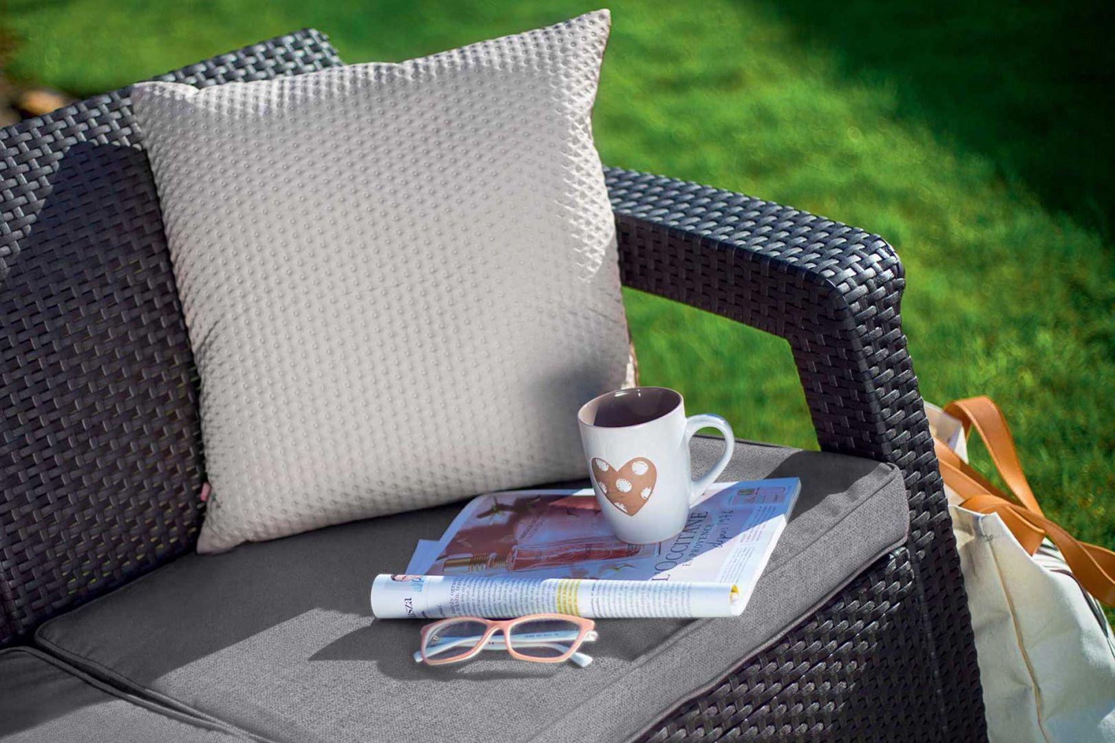 Poduszki na zewnątrz powinny być uszyte z syntetycznych, poliestrowych tkanin odpornych na zaplamienia i na warunki atmosferyczne. Fot. mat. prasowe Keter