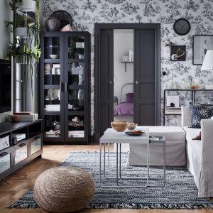 Regał do salonu z kolekcji Vittsjo, szafka pod telewizor z kolekcji Brimnes. Do kupienia w IKEA. Cena: 249 zł/regał, 399 zł/szafka pod telewizor. Fot. IKEA