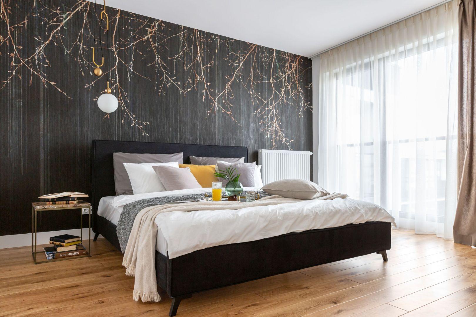 Sypialnia to miejsce, w którym powinna dominować jednolita kolorystyka, pozwalająca odpocząć oczom. Projekt Decoroom. Fot. Pion Poziom