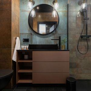 Nowoczesna łazienka z kabiną prysznicową bez brodzika.  Projekt: Aneta Subda. Fot. STOLZ Photography Team dla Renters.pl. Współpraca: Dekorian Home