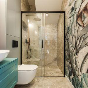 Nowoczesna łazienka z kabiną prysznicową bez brodzika. Realizacja: Nobonobo. Fot. Tomasz Miotk Fotografia