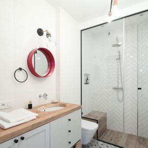 Nowoczesna łazienka z kabiną prysznicową bez brodzika. Projekt: Anna Krzak. Fot. Bartosz Jarosz