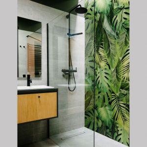 Nowoczesna łazienka z kabiną prysznicową bez brodzika. Projekt: Barbara Bulska, Piotr Czajkowski, pracownia PLAN A. Fot. Adam Biermat