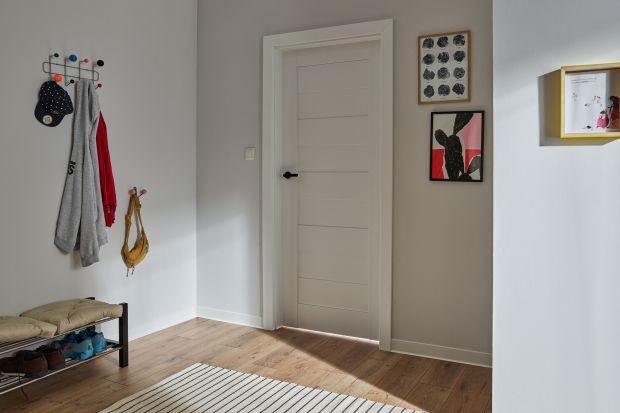 Podczas remontu długo zastanawiamy się nad wyborem drzwi wewnętrznych do naszej przestrzeni. Kiedy warto postawić na przeszklenia? Jaki odcień drzwi dobrać do koloru ścian i podłóg? Czy wybrany przez nas model będzie odporny na uszkodzenia?
