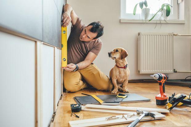 Lato i wczesna jesień to czas, w którym właściciele często decydują się na przeprowadzenie prac remontowych w swoich mieszkaniach. Jakie prace wykonać samodzielnie, a co zlecić ekipie fachowców? Czy niewłaściwie wykonany remont można zareklam