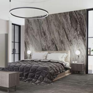 Ścianę w sypialni zdobi kamień. Projekt: MIKOŁAJSKAstudio