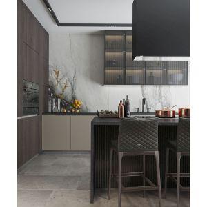 Kuchnia może być otwarta lub zamknięta – między nią a częścią jadalnianą salonu znajdują się duże, przesuwane drzwi z ornamentowego szkła. Projekt: MIKOŁAJSKAstudio
