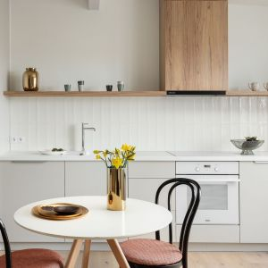 Przez wielu traktowana jest jako centrum życia rodzinnego. W trendzie są kuchnie otwarte na inne pomieszczenie, najczęściej z zabudowanym aneksem. Projekt Ola Dąbrówka, GOOD VIBES Interiors. Fot. Mikołaj Dąbrowski