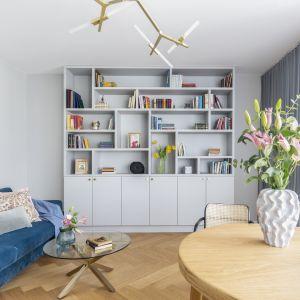 Do pomieszczeń nowoczesnych wybierz asymetryczny regał lub półki, które dzięki swojemu kształtowi, będą nawiązywały do aktualnych trendów. Projekt Decoroom fot. Pion Poziom