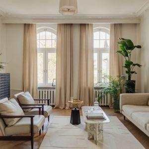 Zasłony w beżowym kolorze stanowią piękne dopełnienie stylowej aranżacji salonu. Projekt: JT Grupa. Fot. ONI studio