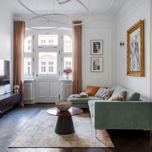 Aranżację stylowego salonu pięknie dopełniają zasłony zdobiące duże okno w salonie. Projekt: Maria Jachalska. Fot. Marcin Grabowiecki. Stylizacja: Eliza Mrozińska