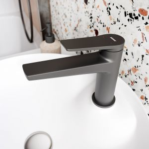 Naturalna łazienka w łagodnych pastelach, z modnym terazzo (lastryko). Na zdjęciu: bateria umywalkowa Stratos Black. Fot. Ferro