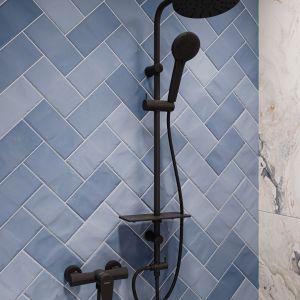 Oryginalna łazienka, w której biel i czerń łączy się z ocienieniem niebieskiego. Na zdjęciu:  zestaw natryskowy Rondo Lux Black. Fot. Ferro