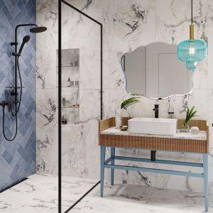 Oryginalna łazienka, w której biel i czerń łączy się z ocienieniem niebieskiego. Na zdjęciu: bateria umywalkowa Algeo Black, bateria  natryskowa Algeo Black, zestaw natryskowy Rondo Lux Black. Fot. Ferro