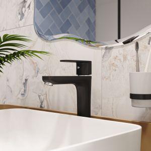 Oryginalna łazienka, w której biel i czerń łączy się z ocienieniem niebieskiego. Na zdjęciu: bateria umywalkowa Algeo Black. Fot. Ferro