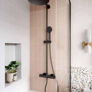 Naturalna łazienka w łagodnych pastelach, z modnym terazzo (lastryko). Na zdjęciu: deszczownia z natryskiem Trevi Black. Fot. Ferro