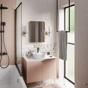 Naturalna łazienka w łagodnych pastelach, z modnym terazzo (lastryko). Na zdjęciu: bateria umywalkowa Stratos Black, deszczownia z natryskiem Trevi Black. Fot. Ferro