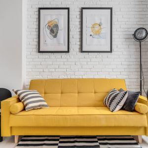 Cegła na ścianie w białym kolorze optycznie powiększa małe wnętrze. Projekt: Ewelina Matyjasik-Lewandowska. Fot. Piotr Wujtko