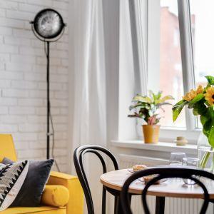 Duże okno zapewnia spory dostęp światła dziennego, dzięki czemu nieduże wnętrze jest jasne i bardziej przestronne. Projekt: Ewelina Matyjasik-Lewandowska. Fot. Piotr Wujtko