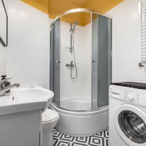 Nieduża, ale bardzo wygodna łazienka z prysznicem. Zmieściła się tu także pralka. Projekt: Ewelina Matyjasik-Lewandowska.  Fot. Piotr Wujtko