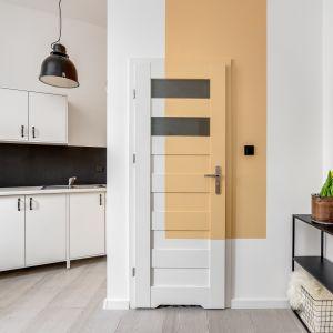 Kuchnia, salon i sypialnia tworzą wspólną, wygodną przestrzeń dzienną i nocną. Projekt: Ewelina Matyjasik-Lewandowska. Fot. Piotr Wujtko