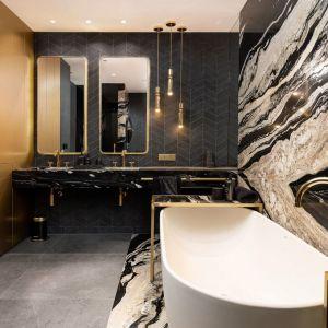 PRZEJDŹ DO GALERIIW łazience głównej dominuje kwarcyt o bardzo wyrazistym wzorze. Projekt: Dorota Kwiecień, Gabriela Gajek Zakolska. Fot. Karol Kleszyk