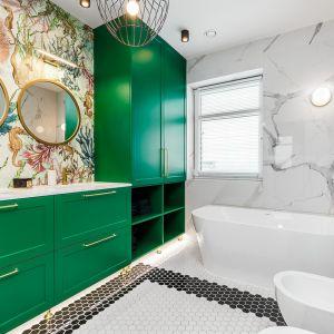 Wanna wolnostojąca w nowoczesnej, kolorowej łazience. Realizacja: Nobonobo. Fot. Tomasz Miotk Fotografia