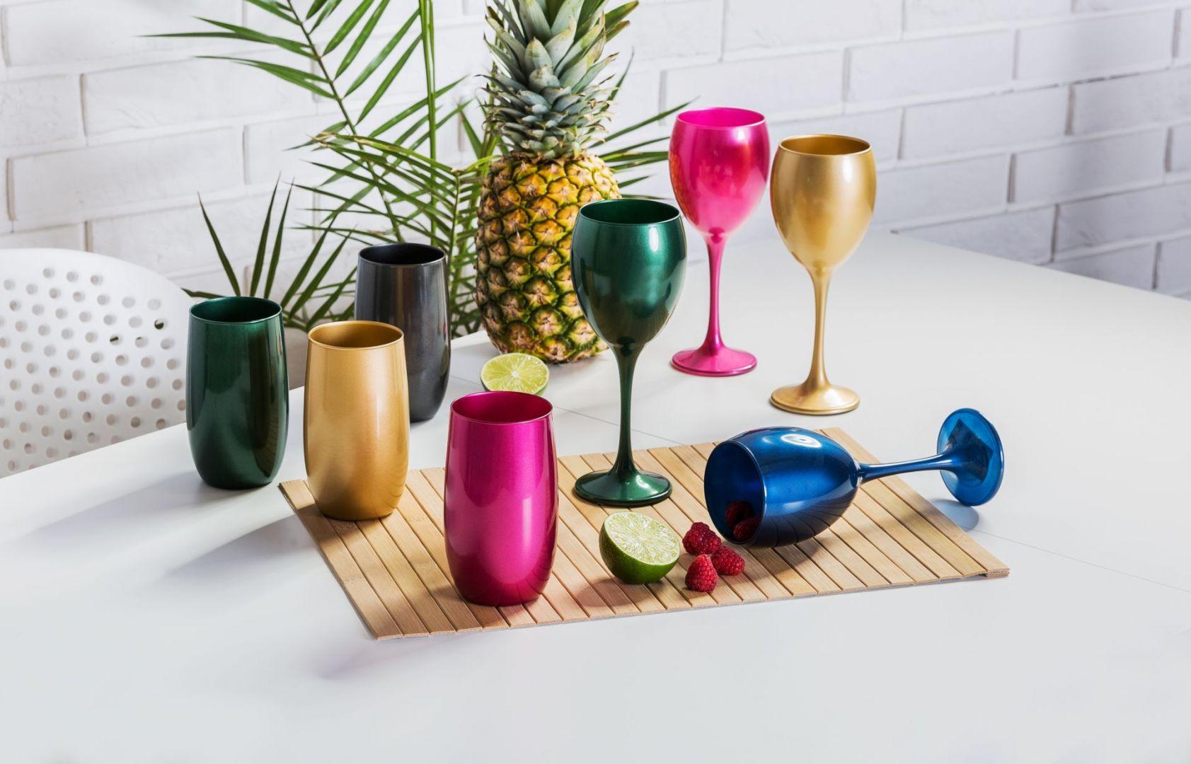 Kolorowe szklanki i kieliszki. Szklana wysoka - 6,99 zł. Kieliszek 300 ml - 7,99 zł.