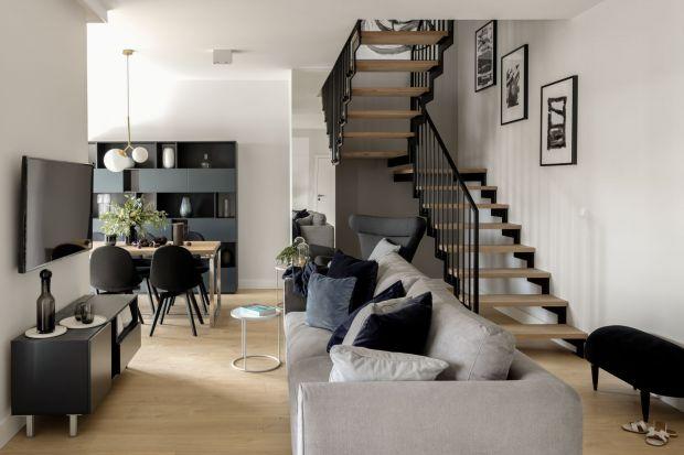 Dom, urządzony w jasnej palecie kolorów, ale z odrobiną mocnych barw, jest nowoczesny i przytulny jednocześnie. Urody dodają mu świetne stalowe schody! Zobaczcie ciekawy projekt architektek ze Studia Karton!
