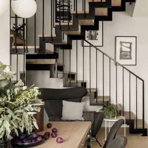 Nowoczesny dom w Warszawie - stalowe schody. Projekt: Studio Karton. Fot. Aleksandra Dermont