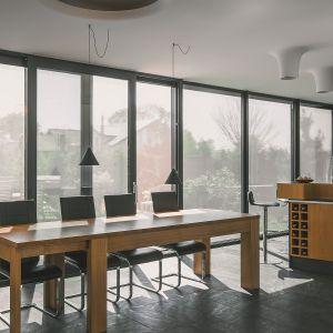 Szukając osłon okiennych warto skupić się przede wszystkim na rozwiązaniach montowanych na zewnątrz okna. Fot. Fakro
