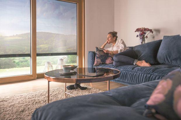 Duże okna mają wiele zalet, ale też dwie podstawowe wady. Sprzyjają nagrzewaniu się pomieszczeń latem oraz zmniejszają poziom prywatności. Jest jednak jeden skuteczny i ekologiczny sposób, aby temu zapobiec – nowoczesne osłony zewnętrzne. Jak