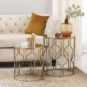 Stolik pomocniczy Glamour 60 cm - wykonany z metalu w złotym kolorze i zdobiony motywami przywodzącymi na myśl sztukę orientu. Cena: 510 zł. Dekoria