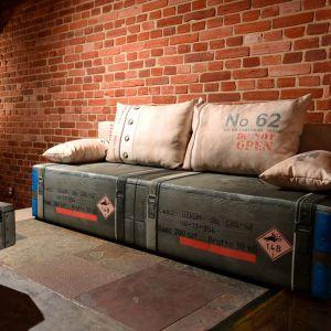Inspiracją do powstania sofy Play Full była wojskowa skrzynia do przechowywania i transportu. Sofka ma charakterystyczne elementy, jak narożne okucia, pasy i napisy. Tkanina imituje włókno jutowe o płóciennym splocie. Producent: Libro. Fot. Libro