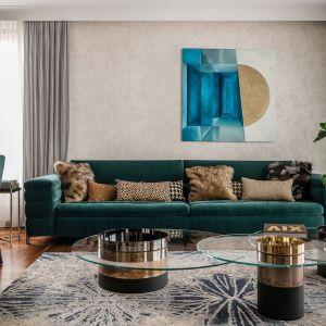 Najpopularniejszymi oraz najbardziej pożądanymi wariantami kolorystycznymi welwetowych sof są odcienie butelkowej i oliwkowej zieleni. Projekt: Joanna Safranow. Fot. Fotomohito