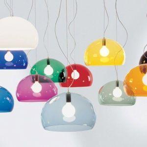 Lampa Fly w kształcie niepełnej kuli, gromadzącej w sobie światło i mieniącej się niczym bańka mydlana, to jeden z doskonale znanych projektów Ferruccio Laviani dla marki Kartell. Cena: 100 zł. Marka Kartell, sklep fabrykaform.pl
