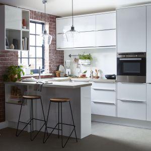 Meble do małej kuchni w białym kolorze z kolekcji Alisma. Dostępne w ofercie Castoramy. Fot. Castorama
