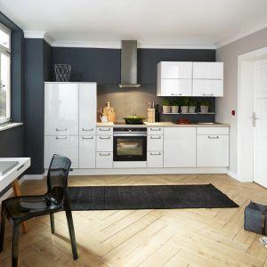 Białe meble do małej kuchni z kolekcji Flash. Dostępne w ofercie firmy Verle Küchen. Fot. Verle Küchen