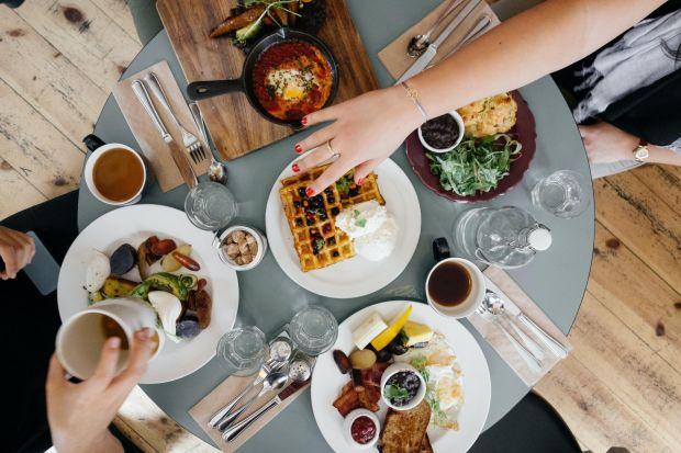 Czy wzrok, słuch i dotyk mogą w takim samym stopniu warunkować naszą przyjemność z jedzenia, jak smak i węch? Okazuje się, że tak! O tym, jakim iluzjom ulega nasz mózg odbierając różne, a czasem nawet sprzeczne, bodźce w czasie jedzenia opow